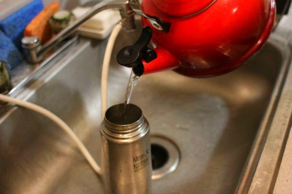 Полоскание термоса после процедуры очистки