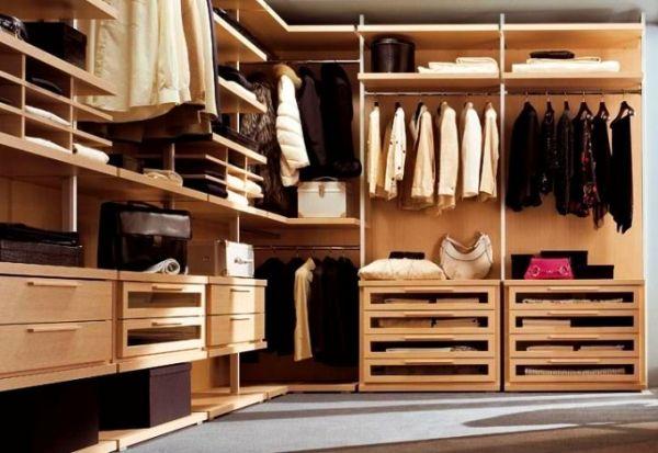 Шкаф с большим количеством одежды