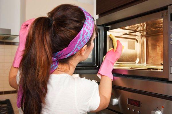 7 способов избавиться от запаха гари в обычной микроволновке